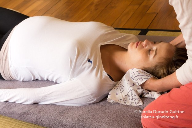 Shiatsu de la femme enceinte allongée sur le dos